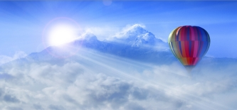 Mit dem Heißluftballon der Morgensonne entgegen.