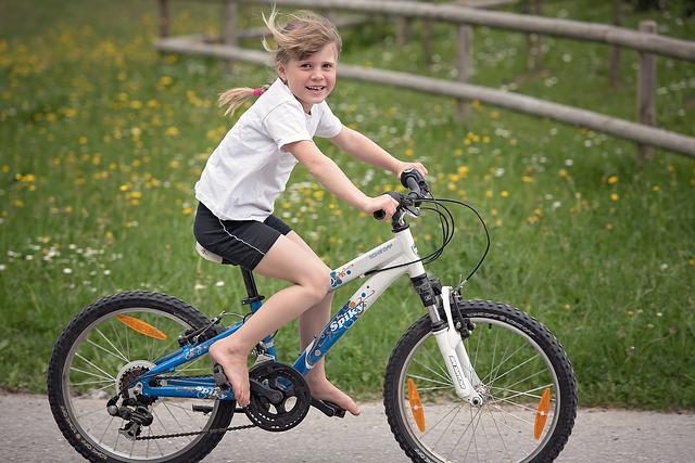 Ein kleines Mädchen hat Fahrradfahren gelernt.